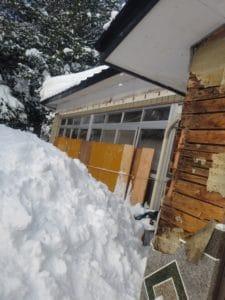 雪で軒下が倒壊